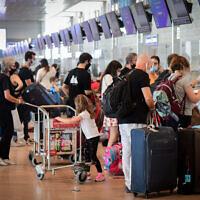 Les passagers à l'aéroport international Ben-Gurion pendant un confinement national, le 24 septembre 2020 (Crédit : Avshalom Sassoni/Flash90)