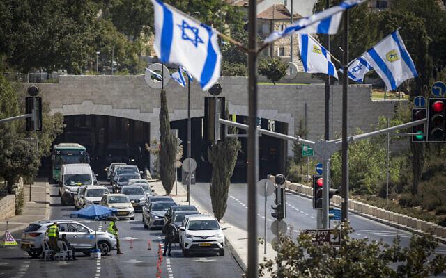 La police et les soldats israéliens à un barrage temporaire lors du confinement national à Jérusalem, le 24 septembre 2020 (Crédit : Olivier Fitoussi/Flash90)