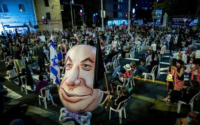 Suivant les règles de distanciation sociale, les manifestants rassemblés pour réclamer la démission du Premier ministre Benjamin Netanyahu aux abords de sa résidence officielle, le 24 septembre 2020 (Crédit : Yonatan Sindel/Flash90)