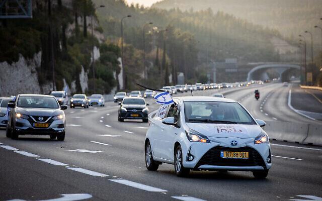 Des Israéliens manifestent en convoi contre le Premier ministre Benjamin Netanyahu sur la Route 1, le 26 septembre 2020 (Crédit : Nati Shohat/Flash90)