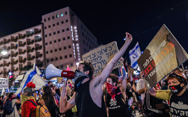 Des Israéliens manifestent contre le Premier ministre Benjamin Netanyahu, à Jérusalem, le 26 septembre 2020. (Crédit : Yonatan Sindel/Flash90)