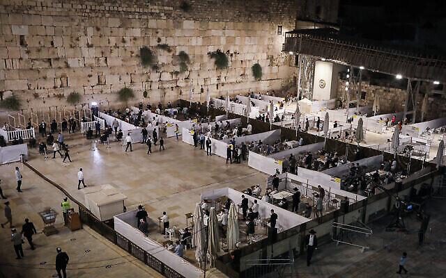 Des Juifs prient au mur Occidental, dans la Vieille Ville de Jérusalem, le 26 septembre 2020. (Crédit : Yonatan Sindel/Flash90)