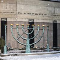 Un mémorial pour les victimes de la Shoah devant la grande synagogue de Stockholm, le 27 janvier 2019. (Michael Campanella/Getty Images via JTA)