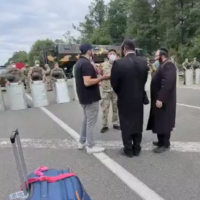 Capture d'écran d'une vidéo de Hassidim de Breslev à la frontière entre la Biélorussie et l'Ukraine, septembre 2020. (Haderim10)