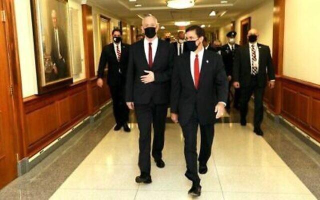 Le secrétaire américain à la Défense Mark Esper, (à droite), avec le ministre de la Défense Benny Gantz au Pentagone, à Washington, le 22 septembre 2020. (Shmulik Almani/Ministère de la Défense)