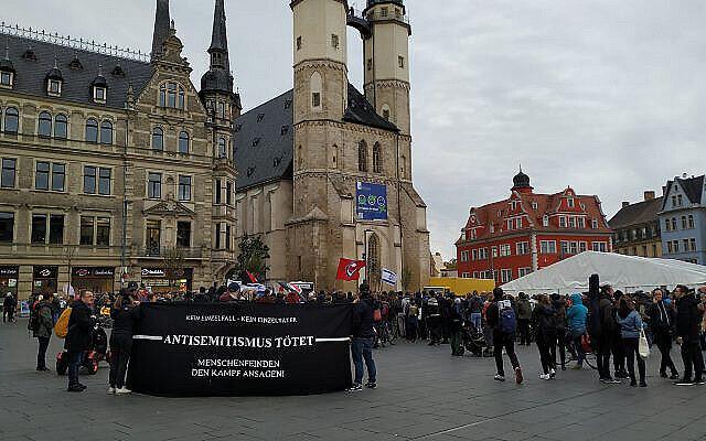 """Des manifestants avec une bannière qui dit """"l'antisémitisme tue"""" à Halle, dans le centre de l'Allemagne, le 11 octobre 2019 (Crédit : Yaakov Schwartz/ Times of Israel)"""