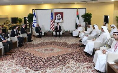 Le conseiller à la sécurité nationale Meir Ben-Shabbat rencontre son homologue, le conseiller à la sécurité nationale des Émirats arabes unis, Sheikh Tahnoun bin Zayed, le ministre des Affaires étrangères et de la coopération internationale des Émirats arabes unis, Sheikh Abdullah bin Zayed, le conseiller présidentiel américain Jared Kushner et le conseiller américain à la sécurité nationale Robert O'Brien, et d'autres responsables, dans le palais du conseiller à la sécurité nationale des Emirats arabes unis à Abou Dhabi, le 31 août 2020. (Amos Ben-Gershom / GPO)