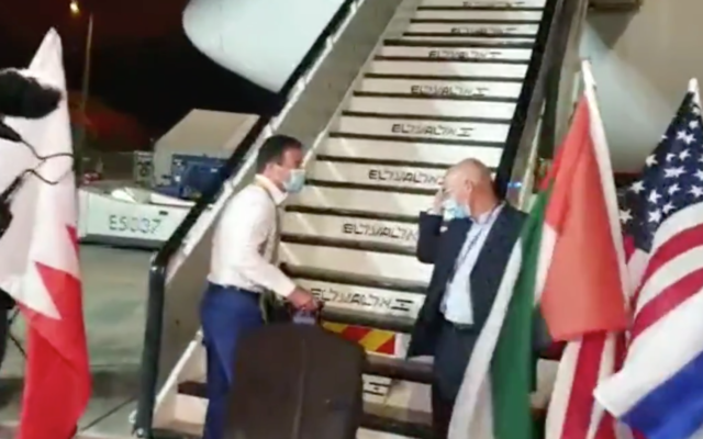 Le chef du Mossad Yossi Cohen (à gauche) embarque à bord d'un vol vers Washington, le 13 septembre 2020, pour la cérémonie de signature des Abraham Accords 13, 2020. Les drapeaux des EAU, des États-Unis et d'Israël ont été installés de chaque côté de l'escalier. (Capture écran)