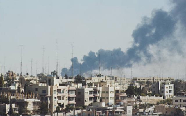 De la fumée monte au-dessus d'Amman pendant le mois dit de «septembre noir», le 1er octobre 1970. (Domaine public)