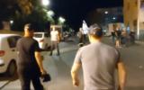 Topaz Luk, à gauche, et Ofer Golan observent une manifestation contre le Premier ministre Benjamin Netanyahu près de sa résidence officielle à Jérusalem le 21 septembre 2020. (Capture écran/Twitter)