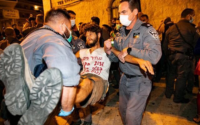 La police disperse des manifestants qui bloquaient une route pendant une manifestation contre le Premier ministre Benjamin Netanyahu aux abords de sa résidence officielle à Jérusalem, le 20 septembre 2020 (Crédit : Olivier Fitoussi/Flash90)