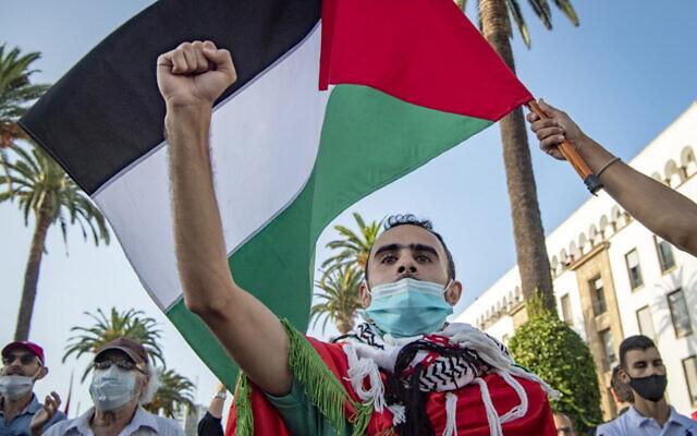 Des Marocains agitent le drapeau palestinien lors d'une manifestation contre les accords de normalisation Israël-EAU-Bahreïn dans la capitale Rabat, le 18 septembre 2020. (Fadel Senna / AFP)