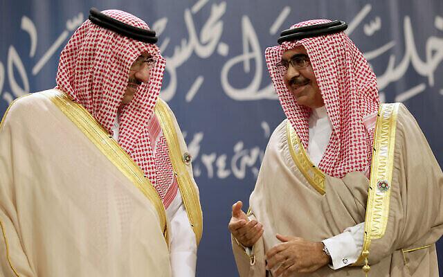 Le ministre de l'Intérieur saoudien, le prince Mohamed bin Nayef Al Saud, à gauche, aet son homologue bahreïni, le cheik Rashid bin Abdullah Al Khalifa, discute lors d'une réunion des ministres de l'Intérieur du Conseil de coopération du Golfe à Manama, au Bahreïn, le 28 novembre 2013. (AP Photo/Hasan Jamali)