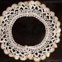L'un des cols jabot en dentelle blanche, emblématique de la regrettée juge de la Cour suprême Ruth Bader Ginsburg, sera exposé au Musée du peuple juif de Tel-Aviv. (Autorisation/Musée du peuple juif via JTA)