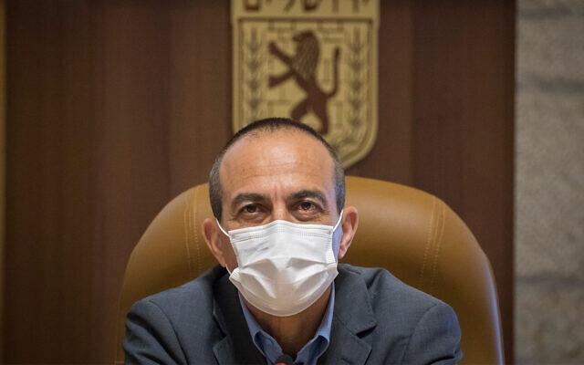 Ronni Gamzu lors d'une réunion avec le maire de Jérusalem, Moshe Leon, à l'hôtel de ville de Jérusalem, le 12 août 2020. (Olivier Fitoussi/Flash90)
