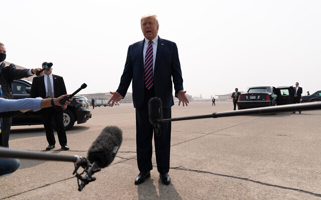 Le président américain Donald Trump s'adresse aux journalistes à son arrivée à l'aéroport de Sacramento McClellan, dans le parc McClellan, en Californie, le 14 septembre 2020. (AP Photo/Andrew Harnik)
