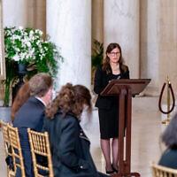 Rabbi Lauren Holtzblatt s'exprime lors d'une cérémonie privée en l'honneur de la juge Ruth Bader Ginsburg à la Cour suprême à Washington, le 23 septembre 2020. (AP Photo/Andrew Harnik, Pool)