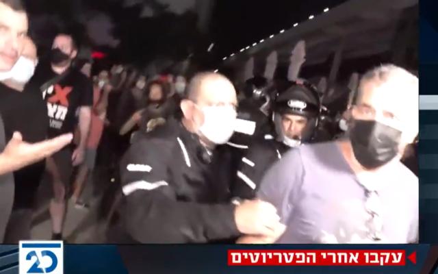 Des manifestants anti-Netanyahu perturbent la diffusion d'un programme de la Vingtième chaîne sur la place Habima de Tel Aviv, le 29 septembre 2020 (Capture d'écran : Twitter)