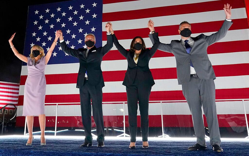 Le candidat démocrate à la présidentielle américaine Joe Biden, deuxième à gauche, et son épouse Jill Biden, à gauche, avec la candidate à la vice-présidence Kamala Harris, 2è à droite, et son mari Doug Emhoff, au quatrième jour de la Convention nationale démocrate à Wilmington, dans le Delaware, le 20 août 2020 (Crédit : AP Photo/Andrew Harnik)