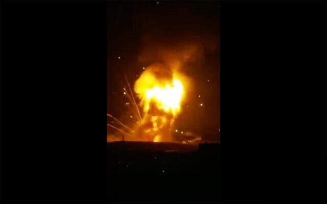 Capture d'écran d'une vidéo montrant une grande explosion dans une base de l'armée jordanienne près de la capitale, Amman, le 11 septembre 2020. (Capture d'écran / Twitter)