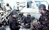 Des commandants irakiens discutant de leur stratégie sur le front de la guerre Iran-Irak, en 1986. (Domaine public)