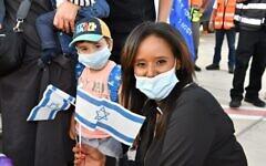 La ministre de l'Intégration Pnina Tamano-Shata accueille les nouveaux immigrants en Israël, le 3 août 2020. (Shlomi Amsalem)