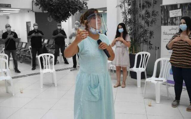 L'artiste vocale Faye Shapiro a travaillé avec le personnel de l'Institut national d'assurance d'Israël en juillet et août 2020, dans le cadre de sa résidence au Festival d'Israël (Autorisation Faye Shapiro)