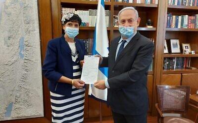 Le Premier ministre Benjamin Netanyahu, accueillant Shuli Moalem-Refaeli au sein du Likoud, le 2 septembre 2020. (Likoud)
