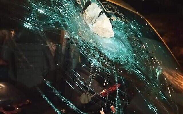 Une voiture appartenant à quatre Palestiniens aurait été attaquée par des jets de pierres par un groupe d'habitants des implantations près de Turmus Ayya en Cisjordanie, 3 septembre 2020. (Crédit: Croissant-Rouge palestinien)