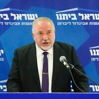 Le président d'Yisrael Beytenu, Avigdor Liberman, fait une déclaration à l'ouverture de la réunion hebdomadaire de son groupe à la Knesset, le 7 septembre 2020. (Yisrael Beytenu)
