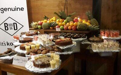 Nourriture casher, préparée par Baker and Spice, qui a été servie à une délégation de la Conférence des présidents des principales organisations juives américaines en visite à Abu Dhabi en février 2018. Elle a été certifiée kasher par l'UOS d'Afrique du Sud. (Autorisation)