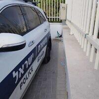 Les pneus crevés d'une voiture de police dans l'implantation de Yitzhar, en Cisjordanie, le 23 septembre 2020 (Crédit : Police israélienne) i