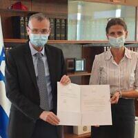 Le Président de la Knesset Yariv Levin, (à gauche), nomme la députée Michal Cotler-Wunsh coordinatrice spéciale de la Knesset pour les questions relatives à la Cour pénale internationale, le 23 septembre 2020. (Autorisation)