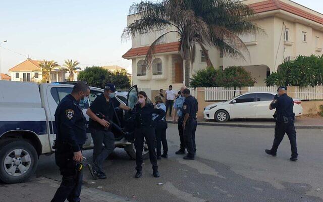 La police israélienne sur les lieux du meurtre d'un homme, tué par balles, dans la ville arabe de Tira, le 29 septembre 2020 (Crédit : Police israélienne)