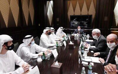 Des responsables émiratis et israéliens discutent des futurs accords de coopération à Abou Dhabi, le 31 août 2020. (Amos Ben-Gershom / GPO)