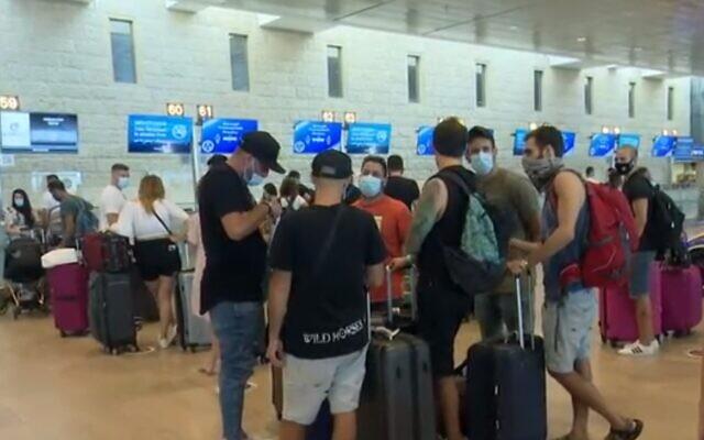 Des Israéliens se préparent à l'enregistrement à l'aéroport Ben-Gurion, le 19 septembre 2020 (Capture d'écran : Douzième chaîne)
