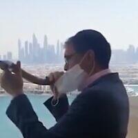 Yehuda Sarna, grand rabbin des Emirats arabes unis, fait sonner le shofar à Dubaï, le 18 septembre 2020 (Capture d'écran)