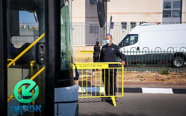 Un bus à l'entrée d'un quartier d'Ashdod, le 2 juillet 2020, lors d'une fermeture de certaines parties de la ville (Flash90)