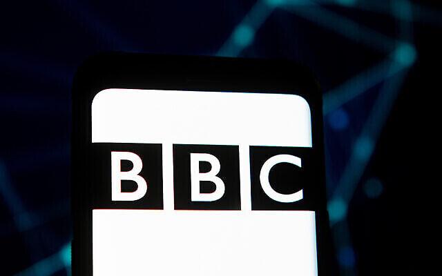 Un logo de la BBC sur un smartphone. (Photo illustrative de Mateusz Slodkowski/SOPA Images/LightRocket via Getty Images via JTA)
