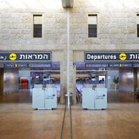 La salle de départ du Terminal 3 de l'aéroport Ben Gurion restée déserte le 17 août 2020. (Olivier Fitoussi/Flash90)