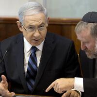 Le Premier ministre Benjamin Netanyahu, (à gauche), s'entretient avec le secrétaire du cabinet de l'époque, Avichai Mandelblit, lors de la réunion hebdomadaire du cabinet à Jérusalem, le dimanche 21 septembre 2014. (AP/Menahem Kahana, Pool)