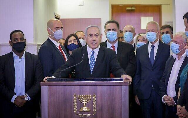 Le Premier ministre Benjamin Netanyahu fait une déclaration avant d'entrer dans une salle d'audience du tribunal de district de Jérusalem le 24 mai 2020, pour le début de son procès pour corruption. (Yonathan SINDEL/POOL/AFP)
