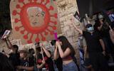 Une manifestante tient une pancarte représentant le Premier ministre Benjamin Netanyahu lors d'une manifestation contre lui devant la résidence du PM à Jérusalem, le 31 juillet 2020.  (AP Photo/Oded Balilty)