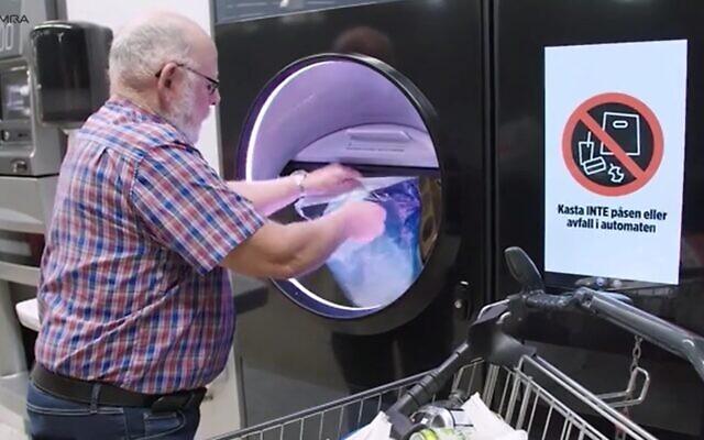 Un homme introduit des canettes et des bouteilles usagées dans une machine de compression automatisée qui délivre un bon de restitution des consignes versées à l'avance. (Capture d'écran Tomra Group)