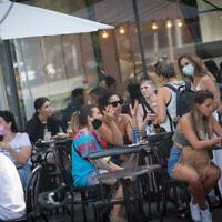 Des gens sont assis dans un café à Tel-Aviv, le 16 septembre 2020. (Miriam Alster/FLASH90)