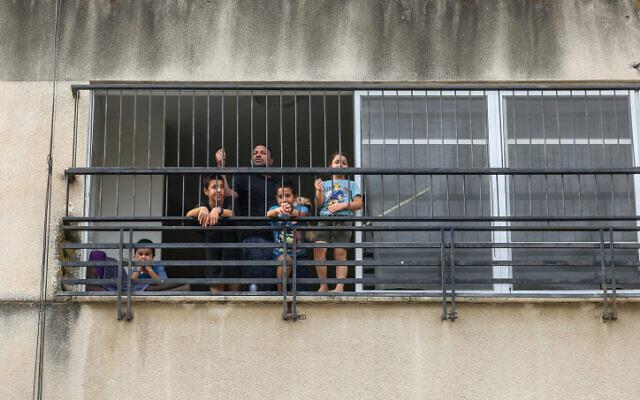Un père avec ses enfants à la maison après le vote par le cabinet de ne pas ouvrir d'écoles dans les zones à risque, dans la ville de Tibériade, au nord d'Israël, le 1er septembre 2020. (David Cohen/Flash90)
