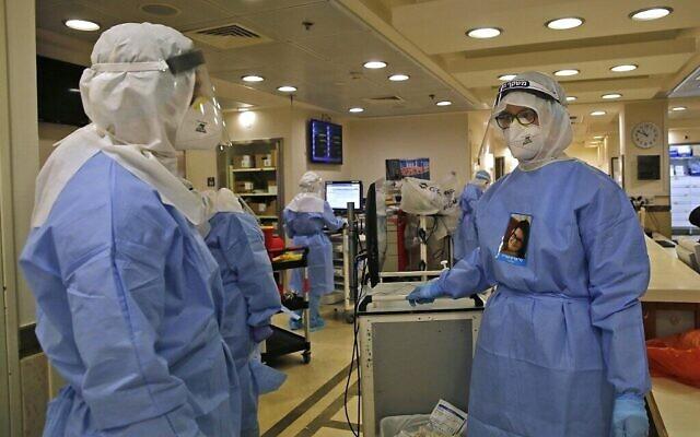 Le personnel médical travaillant au service d'isolement COVID-19 du Meir Medical Center à Kfar Saba, le 9 septembre 2020. (GIL COHEN-MAGEN / AFP)