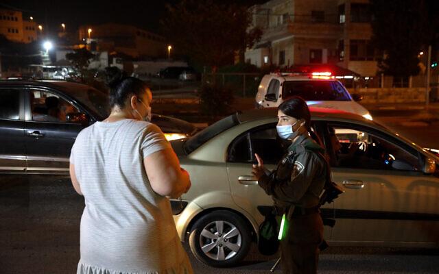 Policiers vus à l'entrée du quartier de Beit Hanina à Jérusalem-Est alors qu'Israël impose un couvre-feu nocturne dans une quarantaine de villes gravement touchées par le coronavirus, le 8 septembre 2020. (Olivier Fitoussi/Flash90)