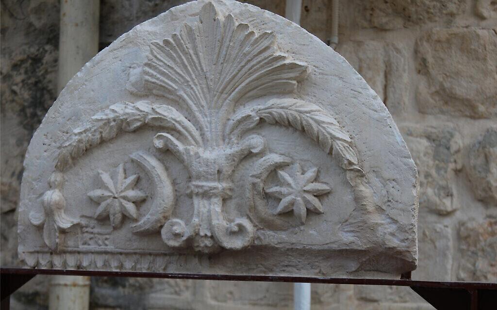 Une pierre ornementale visible dans l'exposition archéologique du quartier juif de Jérusalem. (Shmuel Bar-Am)