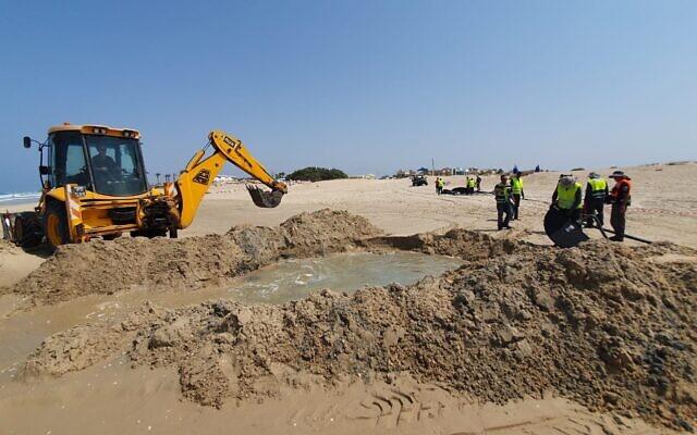 Une pompe fonctionne lors d'un exercice d'entraînement pour une marée noire marine près de la plate-forme de gaz naturel Leviathan au large de la côte méditerranéenne nord d'Israël, le 6 septembre 2020. (Fred Arzuan, ministère de l'Environnement)